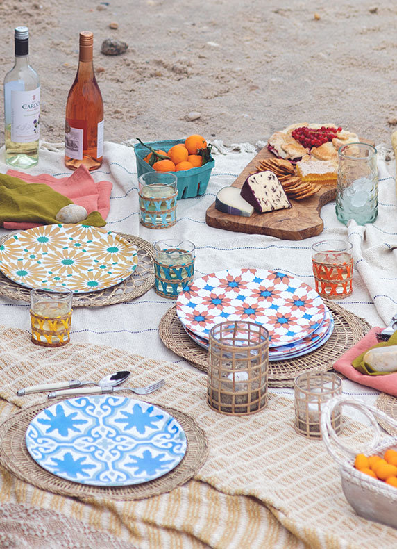 Picnic-ready plates + tumblers | for backyard barbecue